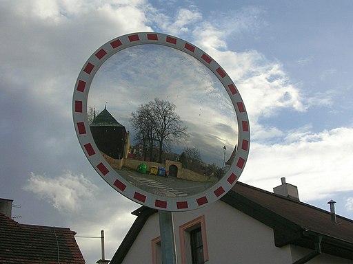 Hostivař, zrcadlo u kostela (01)