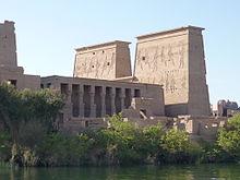 Photographie en couleur d'un monument comprenant sur ses deux tours des hiéroglyphes