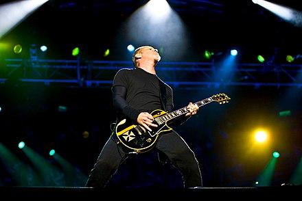 Hetfield in concerto a Londra nel 2009 con una ESPq Iron Cross