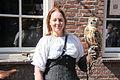 Jonge vrouw met uil 1 april feest Brielle.jpg