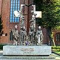 Kołobrzeg, bazylika konkatedralna Wniebowzięcia Najświętszej Maryi Panny - pomnik przed bazyliką.jpg