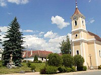 Korolupy, kostel sv. Vavřince s památníkem obětem 1. světové války.jpg