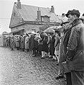 Kranslegging door bevrijde Franse politieke gevangenen op het graf van de Onbeke, Bestanddeelnr 900-2612.jpg
