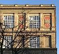 Kunstakademie Düsseldorf Westseite (Rheinseite) rechts am Emma-Horion-Weg mit Mosaiken und Namen-Fries.jpg
