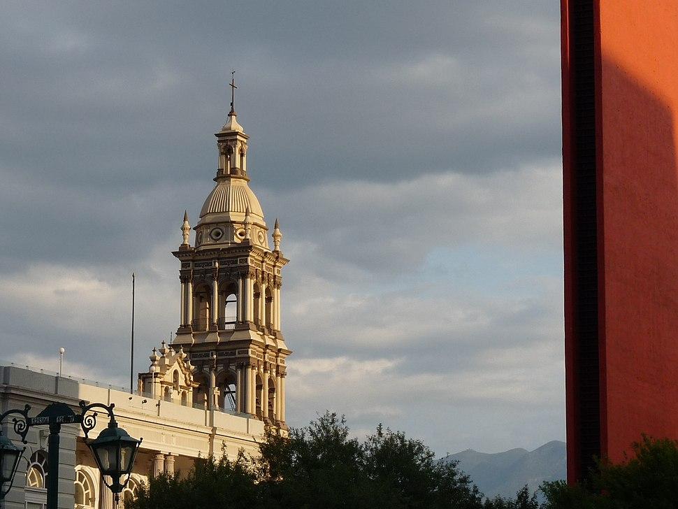 La Catedral Metropolitana y el Faro de Comercio