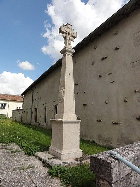 Loisey (Meuse) croix enceinte de l'église