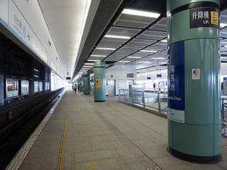 Lok Ma Chau station - Platform 2 (foreground)
