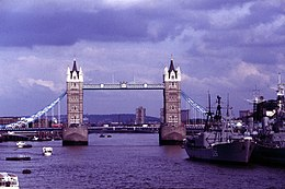 London-128-Tower Bridge-Kriegsschiffe-1985-gje.jpg