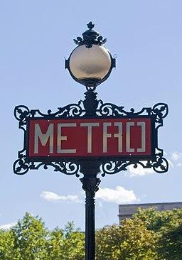 Métro de Paris, Iéna station, totem Val d'Osne