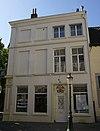 foto van Hoekhuis met gepleisterde lijstgevels.