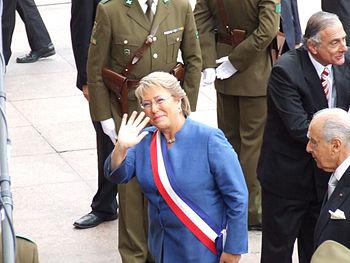 Michelle Bachelet con banda presidencial