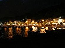 Veduta notturna di Piazza Mondello