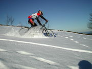 Vélo tout terrain sur la neige.