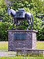 Muli-Skulptur vor der Karwendelkaserne Mittenwald (Ausschnitt).jpg