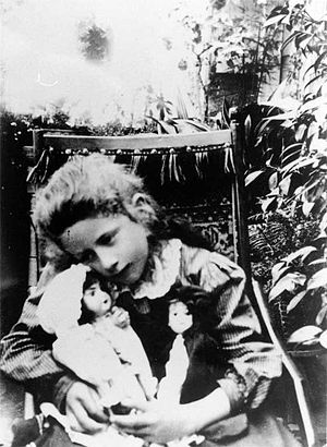 Ngaio Marsh - Ngaio Marsh with her two dolls c. 1905