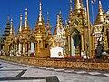 Otoczenie buddyjskiej pagody Shwedagon w Yangon (Rangun) - panoramio.jpg