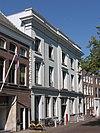 foto van Statig neo-klassicistisch pand met lijstgevel, voorzien van midden- en zijrisaliet en attiek op de kroonlijst