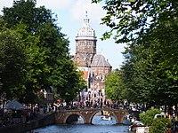 Oudezijds Voorburgwal met Sint Nicolaaskerk met de Oudekerksbrug op de voorgrond.jpg