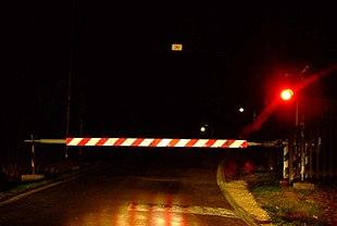 Un passaggio a livello con barriere italiano