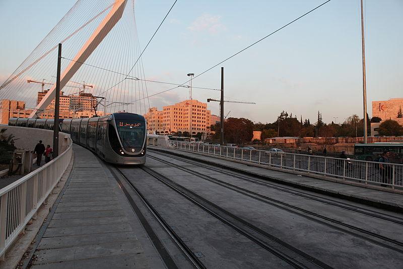 גשר המיתרים והרכבת הקלה