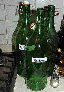 bottiglioni in vetro verde vuoti in una cucina.