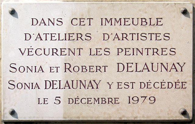 Мемориалная доска на доме № 16 на улице Святого Симона в Париже, где жили художники Робер Делоне и Соня Делоне