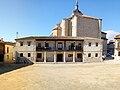 Plaza ábside con iglesia al fondo en Colmenar de Oreja.jpg