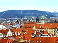 Prag - Blick vom Altstädter Rathausturm Richtung - Pohled z věže Staré radnice ve směru Petřínskou rozhlednu - panoramio.jpg