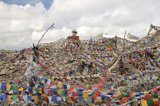 Prayer flags (lots of them) at the Khardung La (10001182746)