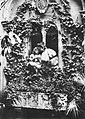 Primoli, Giuseppe - Maria d'Annunzio mit ihrem Sohn Mario (Zeno Fotografie).jpg