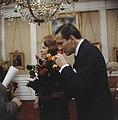 Prinses Beatrix en prins Claus krijgen geschenk aangeboden, Bestanddeelnr 254-7521.jpg