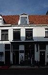 foto van Huis onder een hoog zadeldak met het nr 28
