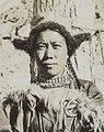 Right face detail, Women of Ladakh in Leh on 23 May 1929, from- Women of Ladakh in Leh on 23 May 1929-05-23, from- Albumblad met 3 fotos. Linksboven het expeditiegezelschap voor het huis van Kh, Bestanddeelnr 32 062 (cropped) (cropped).jpg