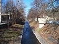 Rokytka, z mostu Voctářovy ulice podél ulice U Českých loděnic.jpg