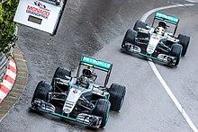 Nico Rosberg suivi de Lewis Hamilton durant le Grand Prix de Monaco 2016.