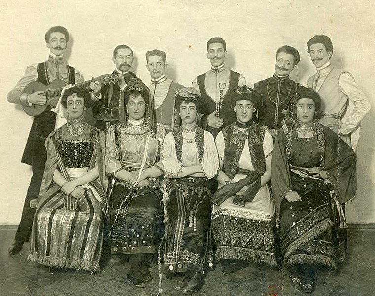 File:Russian travesti artists. 1910.jpg