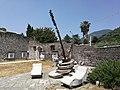San Salvatore Telesino - Sculture nel cortile dell'Abbazia Benedettina.jpg