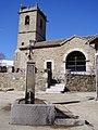 Santiago de Aravalle, fuente e iglesia.jpg