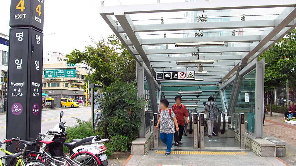 Seoul-metro-551-Myeongil-station-entrance-4-20180914-122700