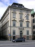 Eksempler på handelspalads som Skibsbroadelen fik opført.   Thunska paladset (også har Hebbeska kaldt huset), Skeppsbron 36, bygget ca. i 1675.   Küselska huset, Skeppsbron nr. 40, bygget i 1701.   Fotos fra 2009.