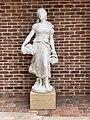 Statue Fille Raisins Place Jean Blanc Vonnas 2.jpg