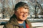 Steve Tesich buiten op een besneeuwde dag in 1990.