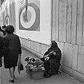 Straatmuzikante met twee hondjes, Bestanddeelnr 254-0612.jpg