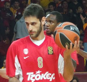 Stratos Perperoglou - Perperoglou warming up with Olympiacos, in 2013.