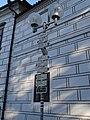 Třeboň, Masarykovo náměstí, rozcestník u zámku.jpg