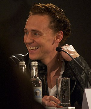 English: Tom Hiddleston at a press conference ...