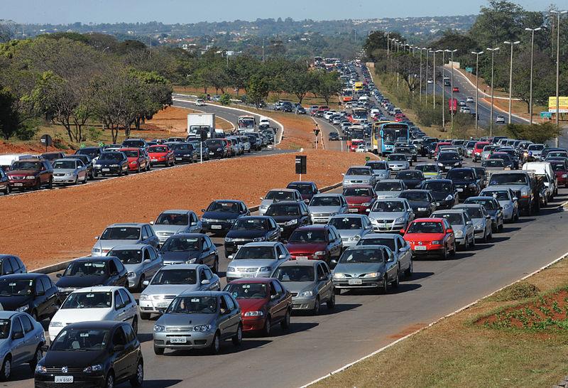 Trânsito em uma das principais vias de acesso ao Plano Piloto. Reprodução/Autor: Fabio Rodrigues Pozzebom/ABr