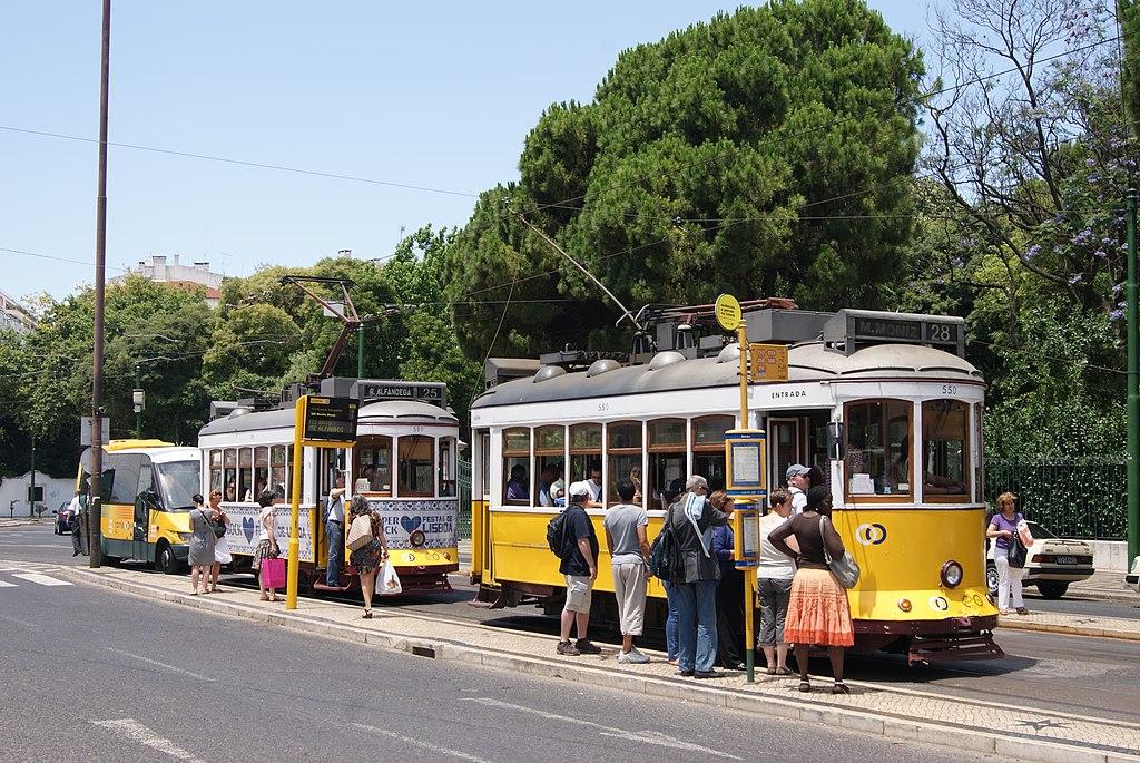 Tramway 28 au pied de la basilique d'Estrela à Lisbonne. Photo d'Alain Gavillet