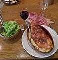 Truffade, chiffonnade de jambon cru, salade et vin rouge (Puy-de-Dôme, France).jpg