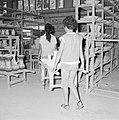 Twee arbeidsters van een keramiekfabriek te Bersjeba dragen siervazen op een dra, Bestanddeelnr 255-4353.jpg